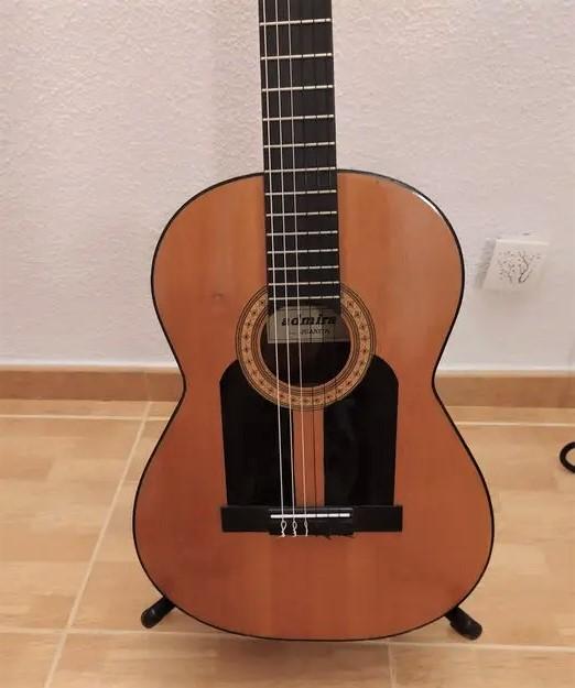 Guitare flamenca avec golpeador noir