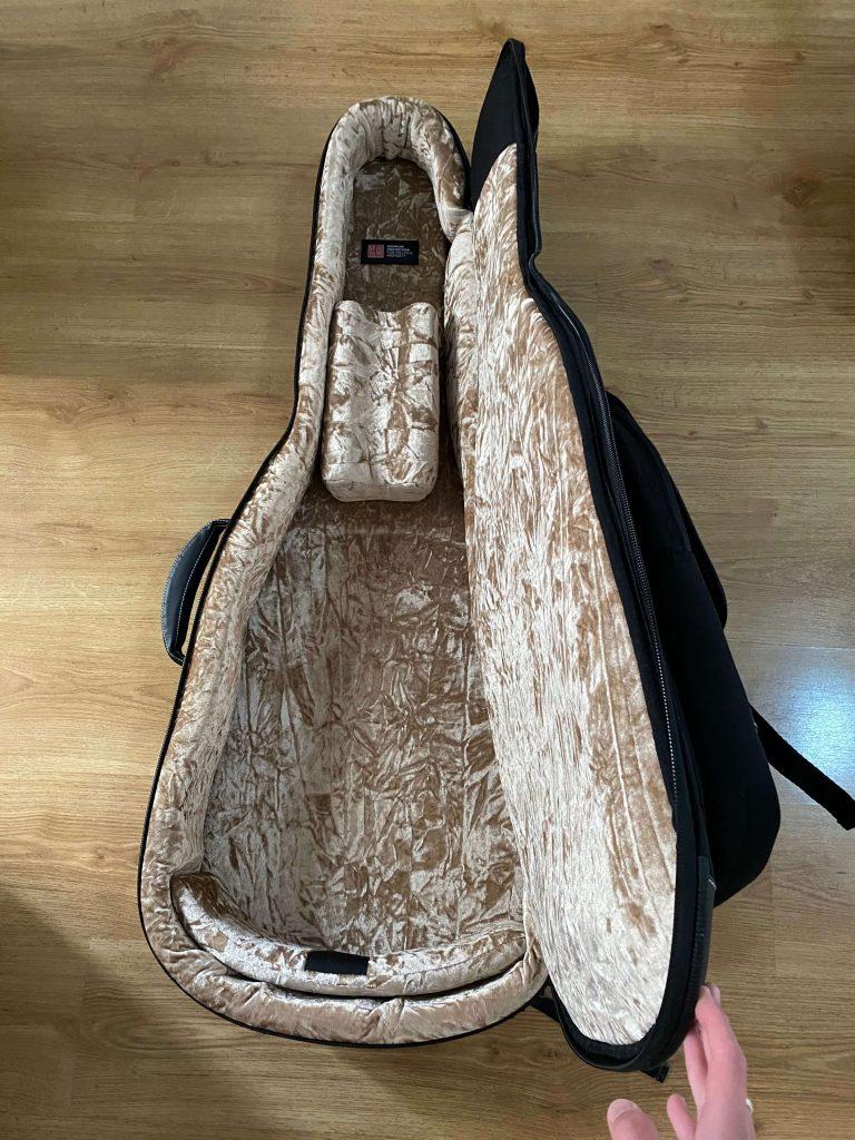inside of the thomann guitar case c80
